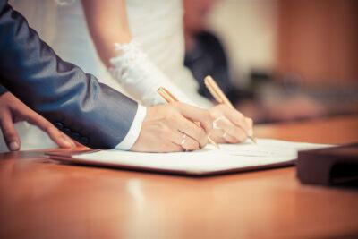 Брачный договор определяет